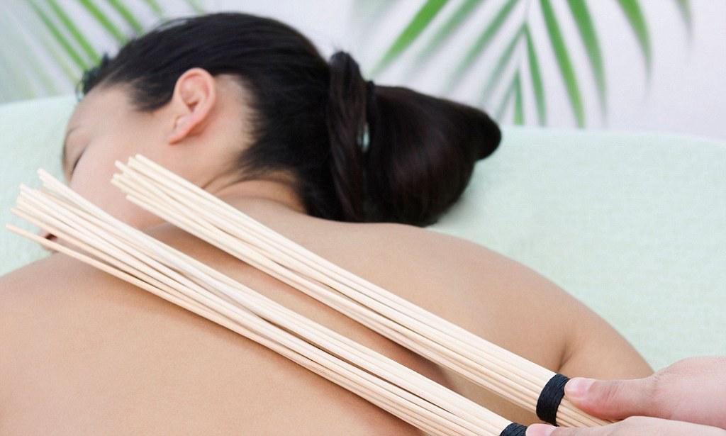 Процедура массажа бамбуковым веником